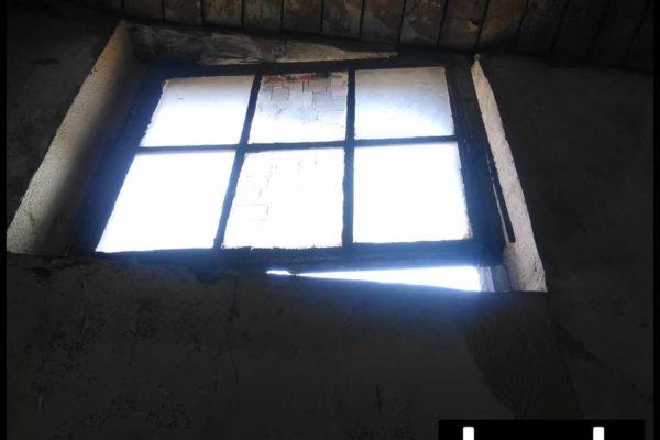 Raam op een kier met binnenvallend licht