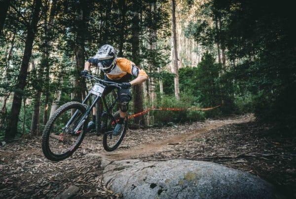 Man die in bossen rijdt met mountainbike