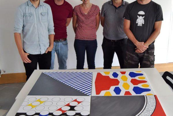 groepsfoto met schilderij