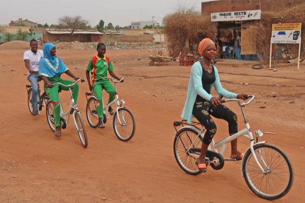 7. Op de witte fietsen door Ouagadougou-JanKoeman (1)